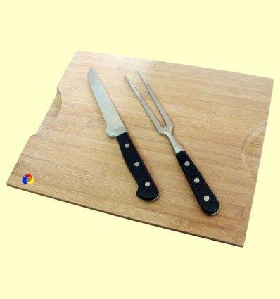 Tabla de madera con cuchillo y tenedor para cortar