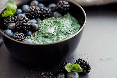 la-espirulina-en-polvo-para-yogures-postres-con-frutas